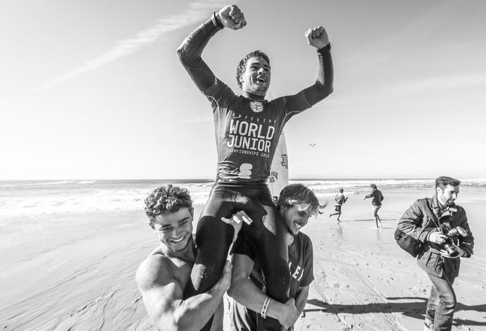 Lucas Silveira é carregado por amigos após conquistar título mundial jr. em Portugal. FotoSurf: Divulgação / WSL