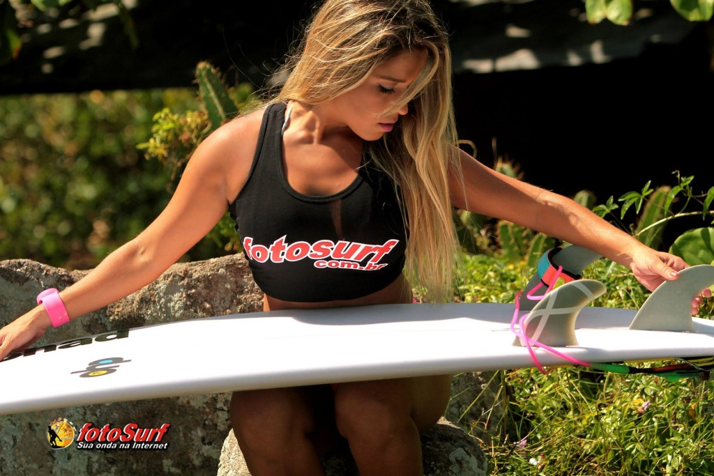 Capixaba, surfista e personal trainer, Francine Nery